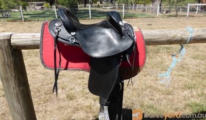 Barrack Black Leather Swinging Fender Halfbreed Saddle – Barely Used on HorseYard.com.au